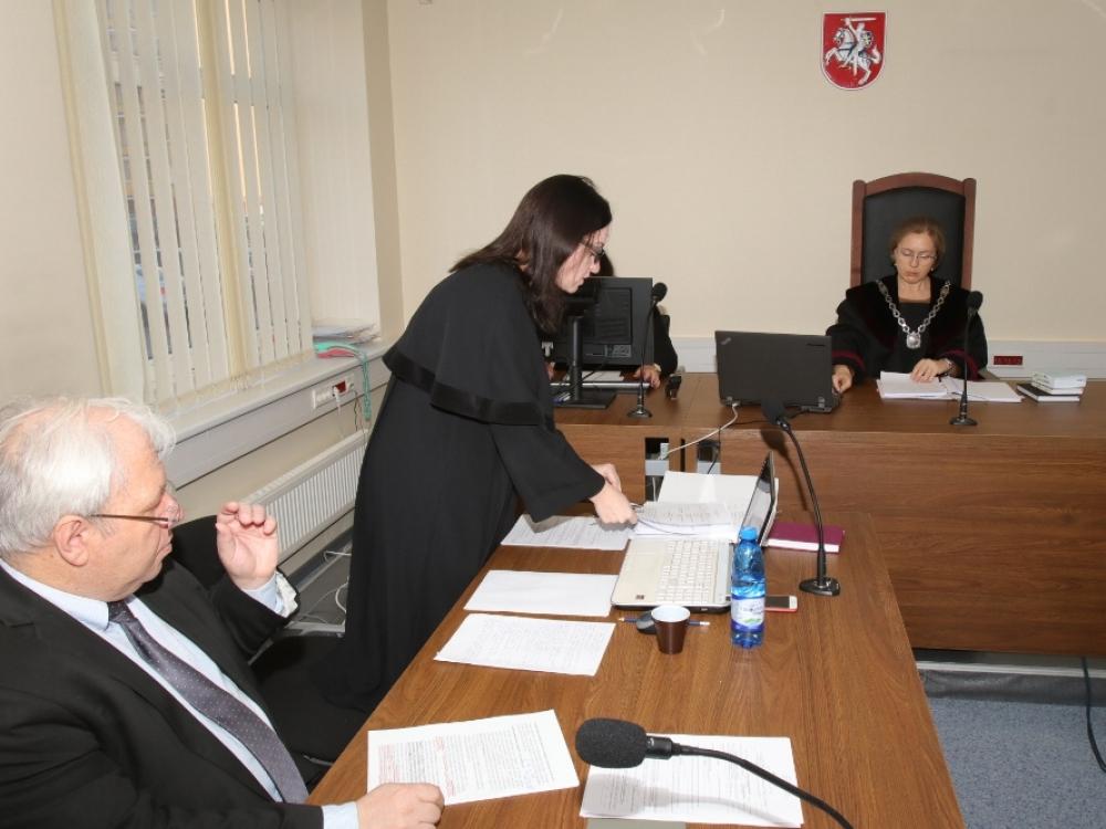 Pažemintu pasijutęs chirurgas ministeriją nusitempė į teismą