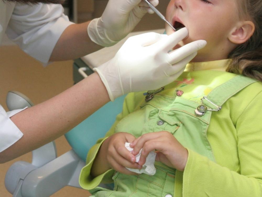 Vaikų dantų priežiūra: protezuoti parankiau nei gydyti?