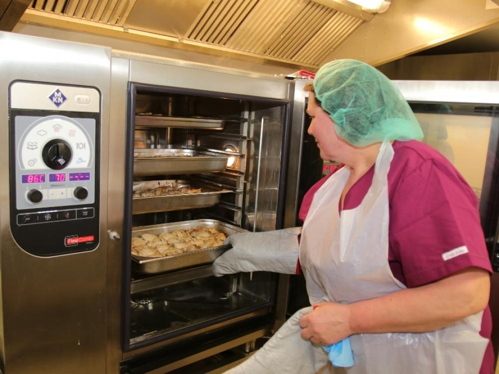 Šiaulių ilgalaikio gydymo ir geriatrijos centro darbuotojai džiaugiasi modernia virtuve