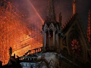 Paryžiaus Dievo Motinos katedrai atstatyti prireiks daugybės metų, prancūzai jau aukoja pinigus