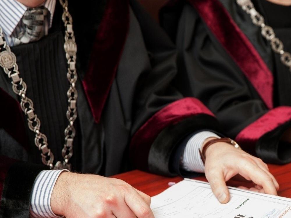 Prieš teismą stos kyšiais atsiskaityti bandę pacientai ir jų gydytojas