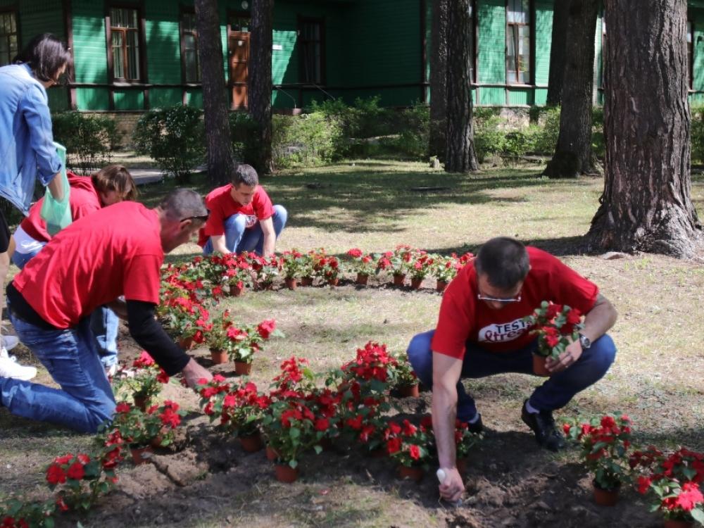 Ligoninės kieme sužydo AIDS atminimo gėlės