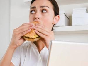 Valgydami susikoncentruokite į lėkštę