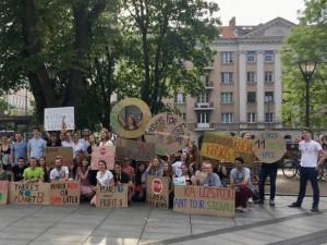 Protestas - vietoj mokyklos suolo