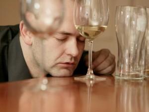 Specialistai su alkoholikais vargti nenori