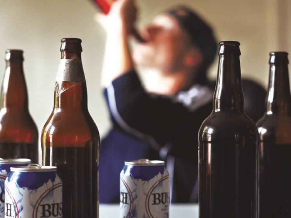 """Seimas uždraudė stiprų alų pilstyti į """"bambalius"""", degtinę – į labai mažą tarą"""