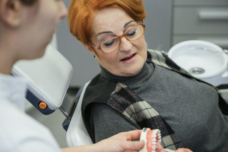 Jei dantų protezai nesilaiko tvirtai