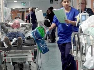 Airiams tenka guolis ligoninės koridoriuje