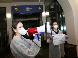 Vilniaus oro uoste medikai pasitinka keleivį, sergantį užkrečiamąja liga