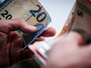 Dėl koronoviruso grėsmės rekomenduojama vengti grynųjų pinigų
