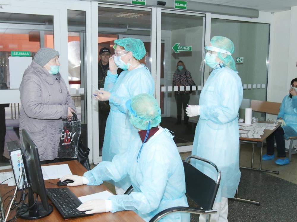 Medikai įspėja: galime sulaukti užsikrėtusių gydytojų protrūkio