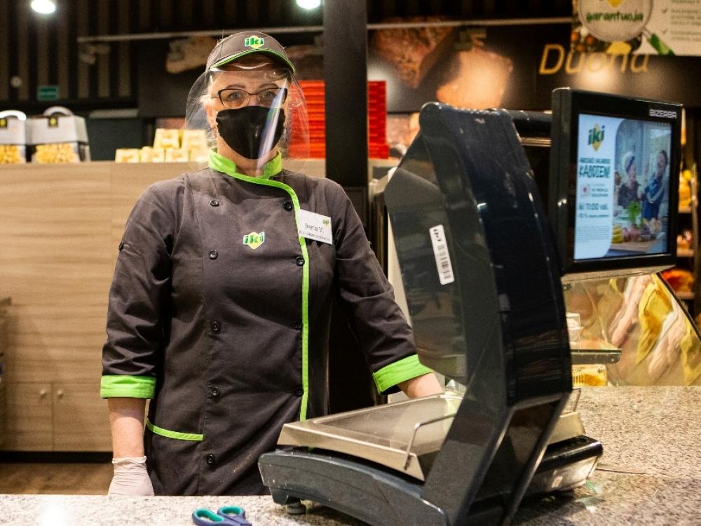 """""""Iki"""" parduotuvių darbuotojai – su veido skydeliais ir kaukėmis"""