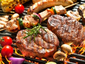 Ore sklando keptos mėsos kvapas