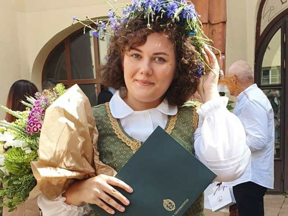 Diplomo – su tautiniu kostiumu