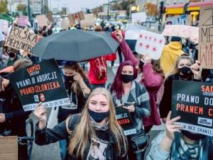 Abortų draudimas smukdo Lenkijos valdžios reitingus