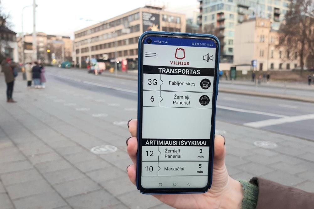 """Regėjimo negalią turintiems keleiviams – atnaujinta programėlė """"Transporto balsas"""""""