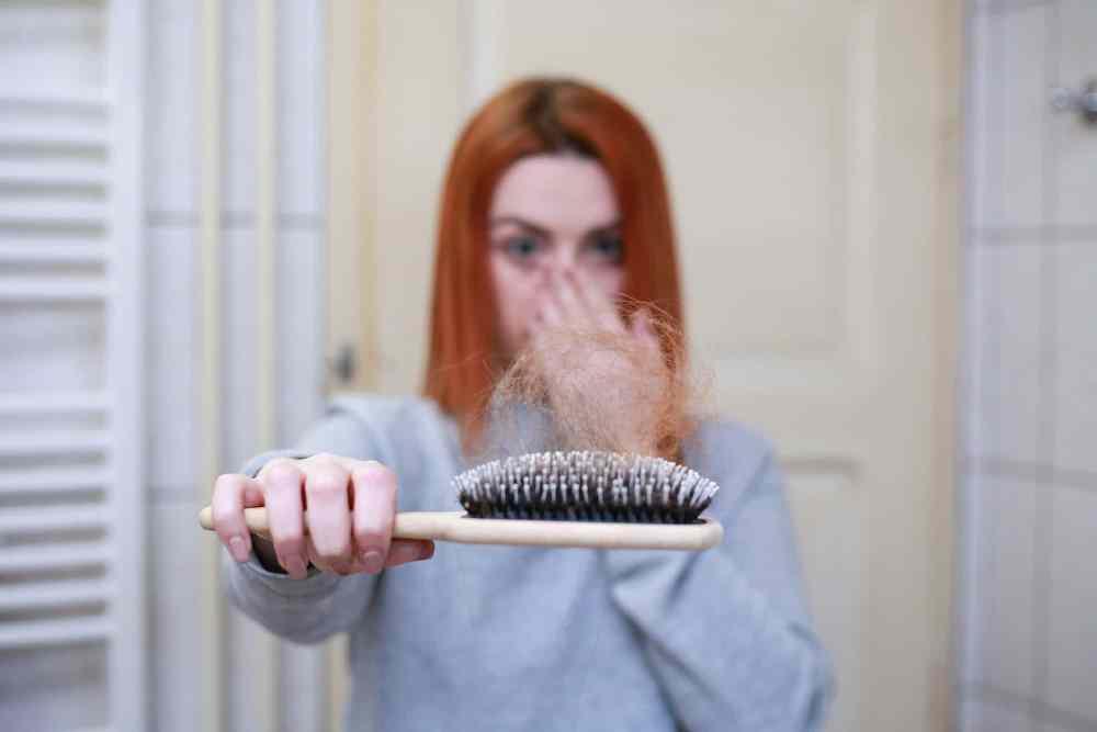 Nenustebkite, jei susirgus COVID-19 ims slinkti plaukai
