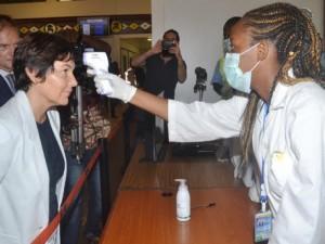 Ebolos virusas kelia paniką pasaulio oro uostuose