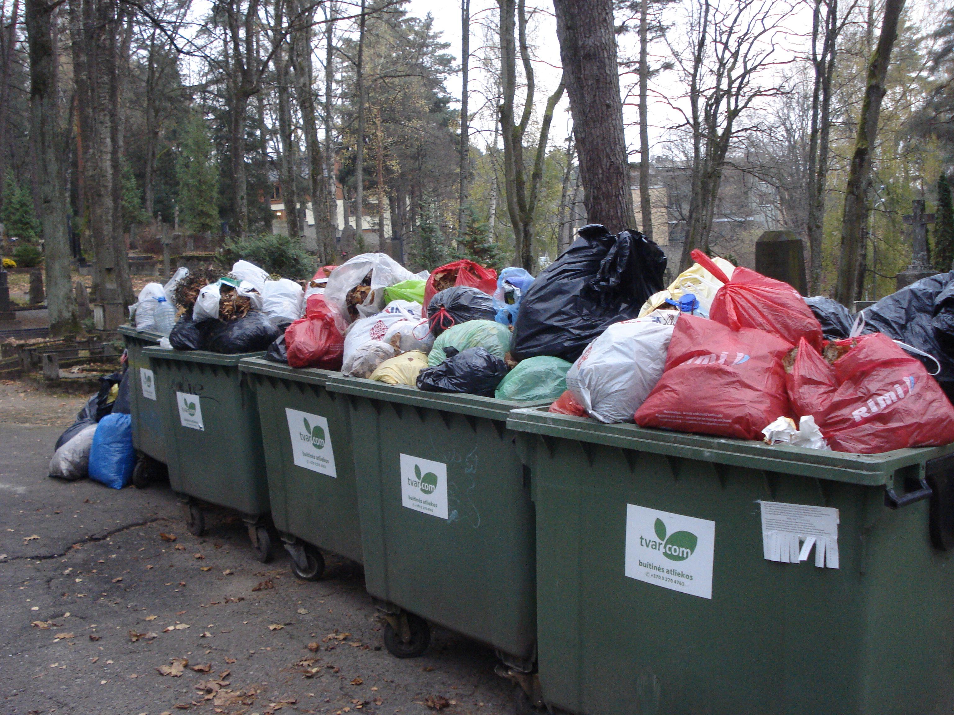 """Lietuvos žaliųjų partija: """"Kada pagaliau pradėsime rūšiuoti atliekas ir kapinėse?"""""""
