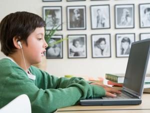 Vaikų patyčios: 47 proc. moksleivių atrodo normalu tikrinti kitos pusės telefoną