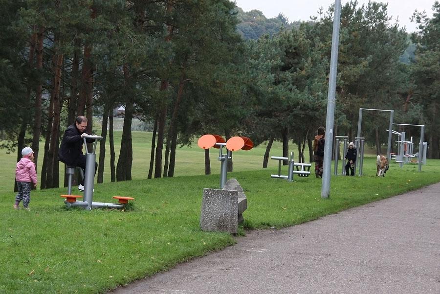 Palangoje plečiamos sporto erdvės – įrengiami lauko treniruokliai