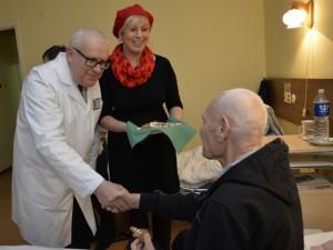 Į Klaipėdos jūrininkų ligoninės kiemą atėjo dainuojančios Kalėdos