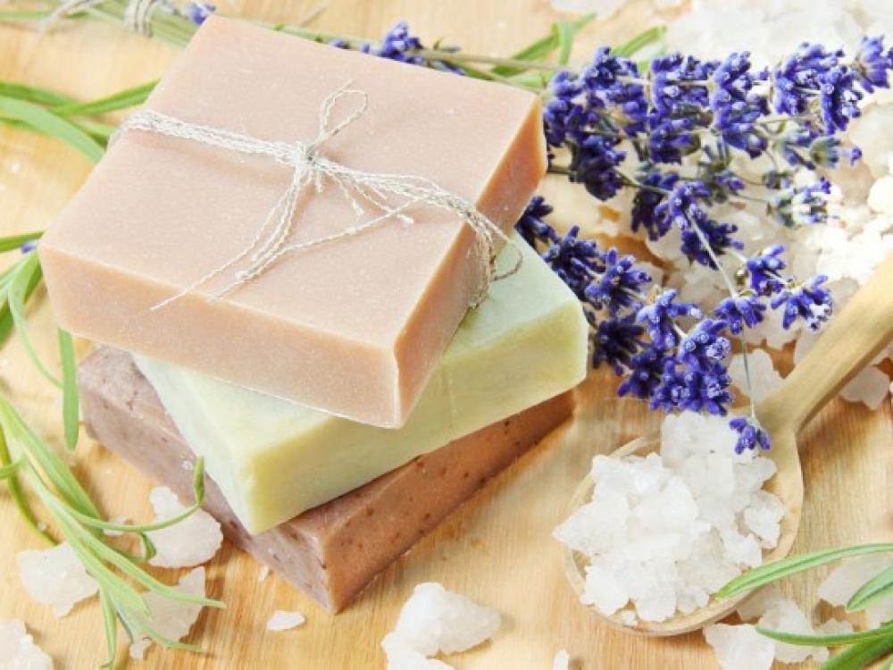 Vis daugiau žmonių domisi rankų darbo, nedidelių apimčių kosmetikos gaminių gamyba