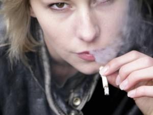 Vėl svarstys idėją uždrausti rūkyti nepilnamečiams