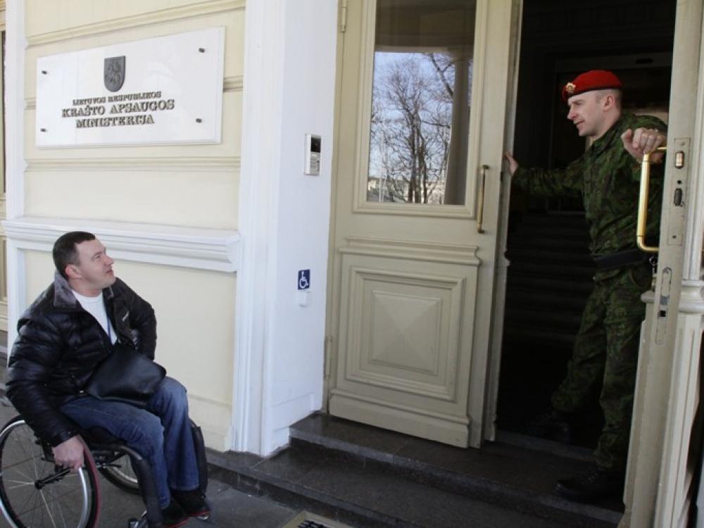 Neįgaliesiems į pagalbą atskuba ir karinės pajėgos