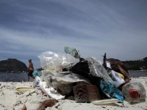 """Futbolo aistruolių laukiančios Brazilijos paplūdimiai """"dūsta"""" nuo šiukšlių"""
