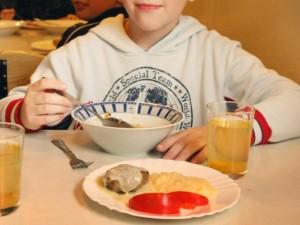 Vaikai daugelyje valgyklų priversti valgyti neskanius bei menkaverčius patiekalus