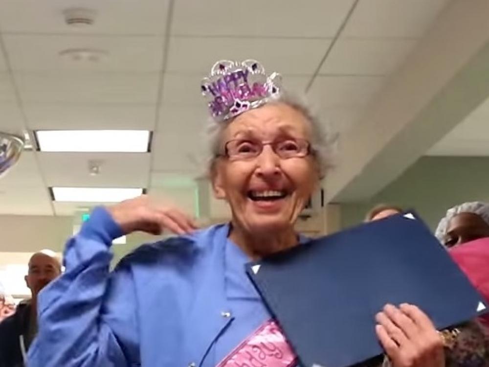 Seniausia JAV medicinos sesuo 90-metį šventė darbe