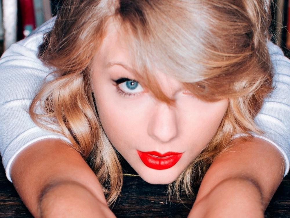 """Taylor Swift: """"Mūsų tėvai yra per daug užsiėmę, jog nueitų pas gydytoją"""""""