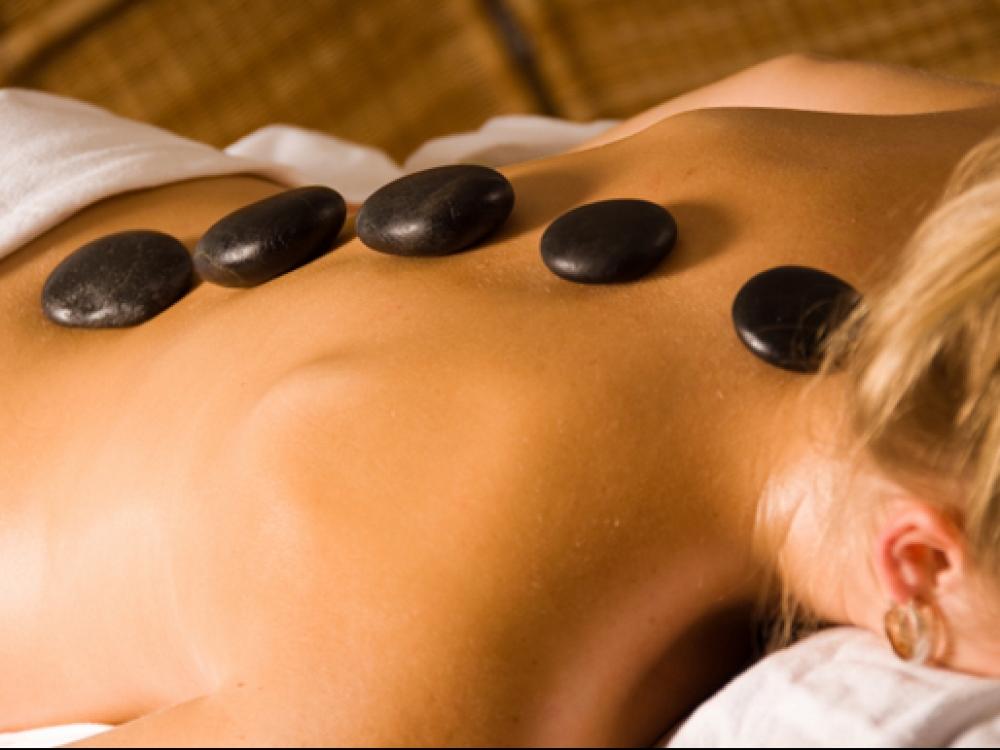 Masažas karštais akmenims – mažina skausmus