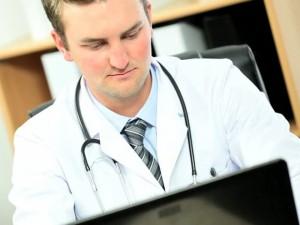 Jaunieji Anglijos medikai priversti emigruoti