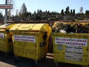 Vėlinių savaitgalį atliekų tvarkytojai didins apsukas: atliekų kiekis kapinėse išauga iki penkių kartų