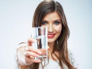 Sveikatos gurkšnis šarminio vandens stiklinėje