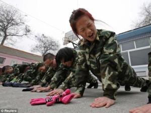 Kinija: priklausomybę gydo karinėse stovyklose