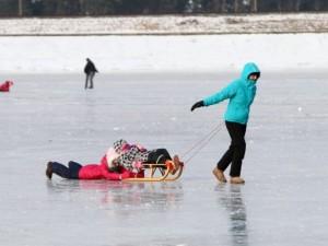Ant užšalusių vandens telkinių pramogaukite saugiai