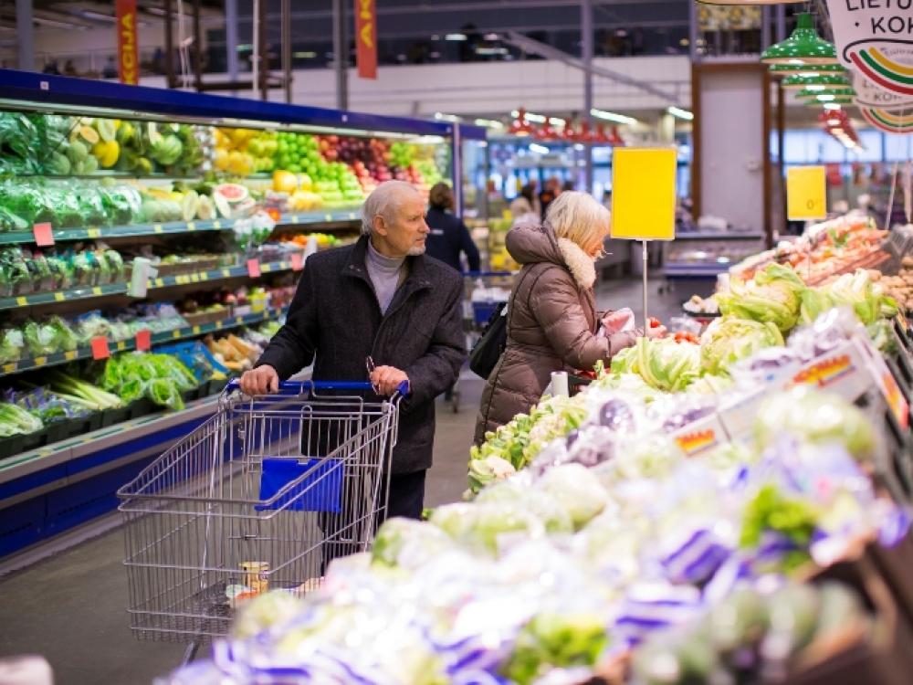 Vaisių bei daržovių lietuviai vartoja daugiau, bet į jų kainą žiūri atidžiai