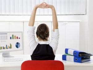 Mankštą stuburui galima atlikti tiesiog darbo vietoje
