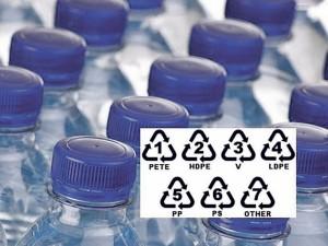 Pažiūrėkite į plastikinio buteliuko dugną