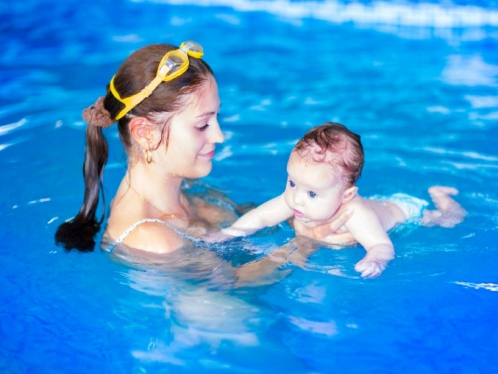 Laikyseną nuo kūdikystės stiprina maudynės
