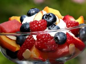 Vasaros dienomis atsigaivinkite spalvingomis vaisių salotomis