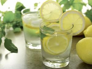 Žvaliems rytams vanduo su citrina