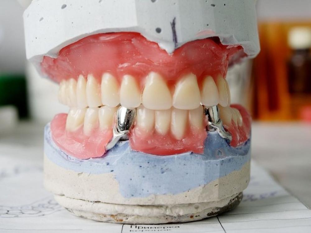 Pensininkai vaikščios su geležiniais dantimis?