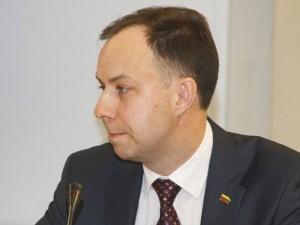 Ministrą supykdė aludarių logotipas