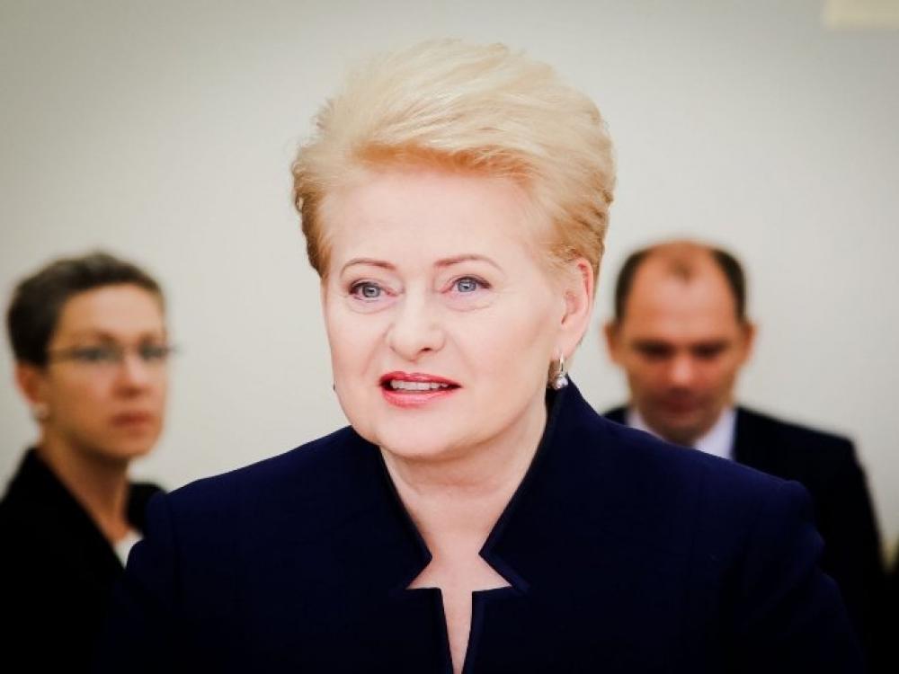 """Dalia Grybauskaitė kritikuoja """"buką formalumą"""" ginant vaikus nuo smurto"""