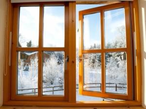 Kodėl netgi žiemos metu būtina plačiai atverti langus?