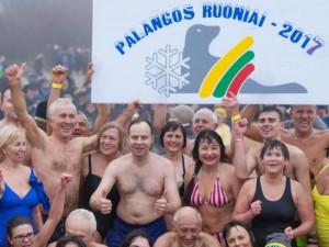 """""""Palangos ruonių"""" šventėje į šaltą Baltiją nėrė ir A.Veryga"""